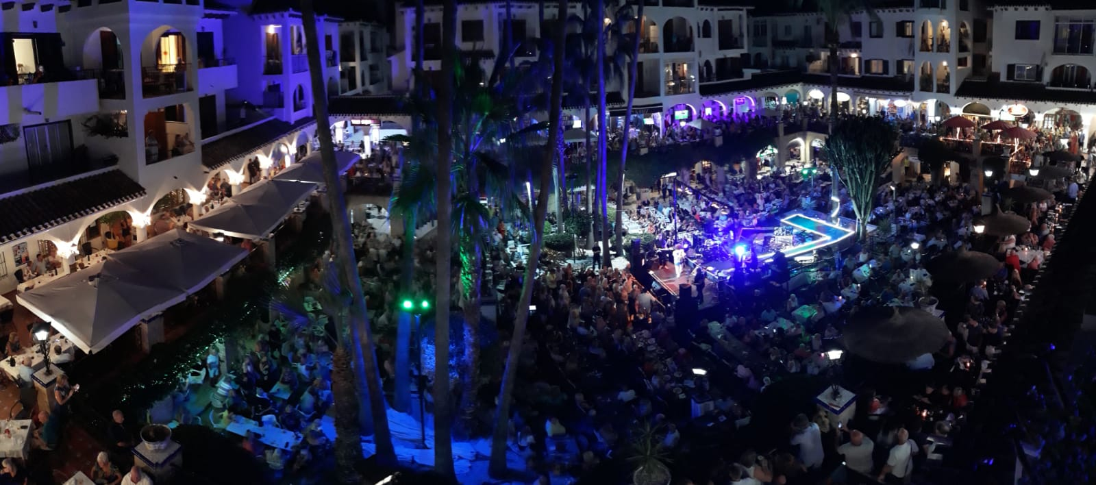 ITSH Property A packed plaza for Leo Sayer 15