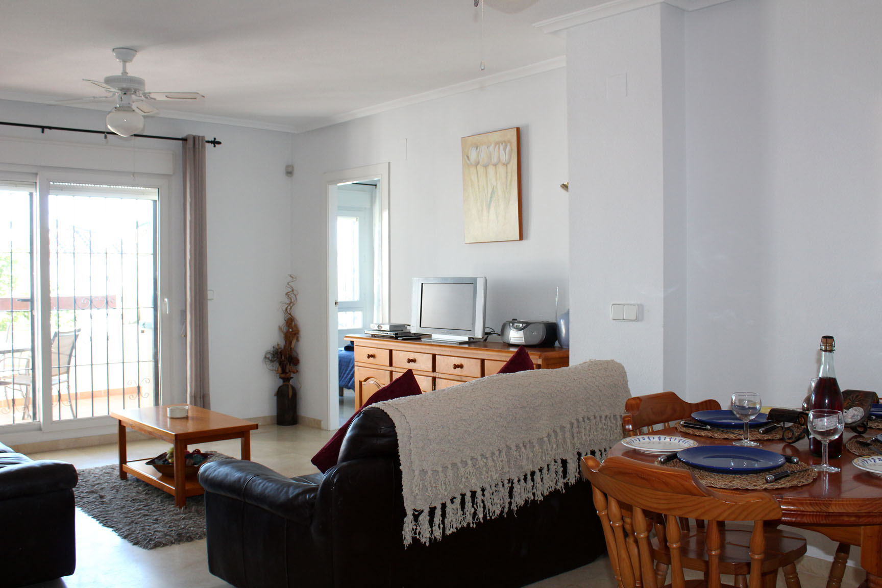 ITSH Property Bright and spacious living room and dining area 2