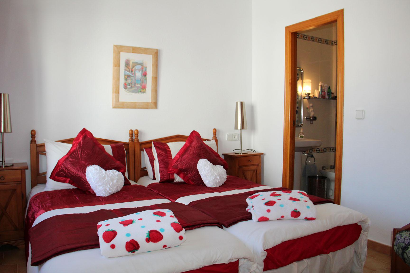 ITSH Property Twin bedroom with ensuite bathroom 9