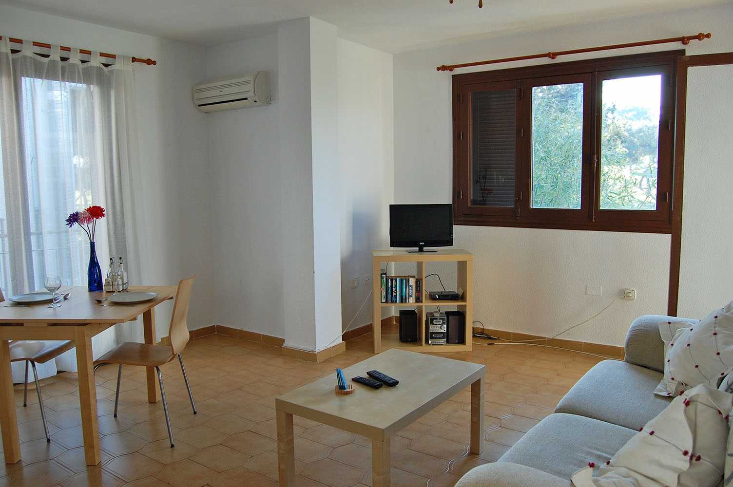 ITSH Property Spacious Livingroom and dining area 3