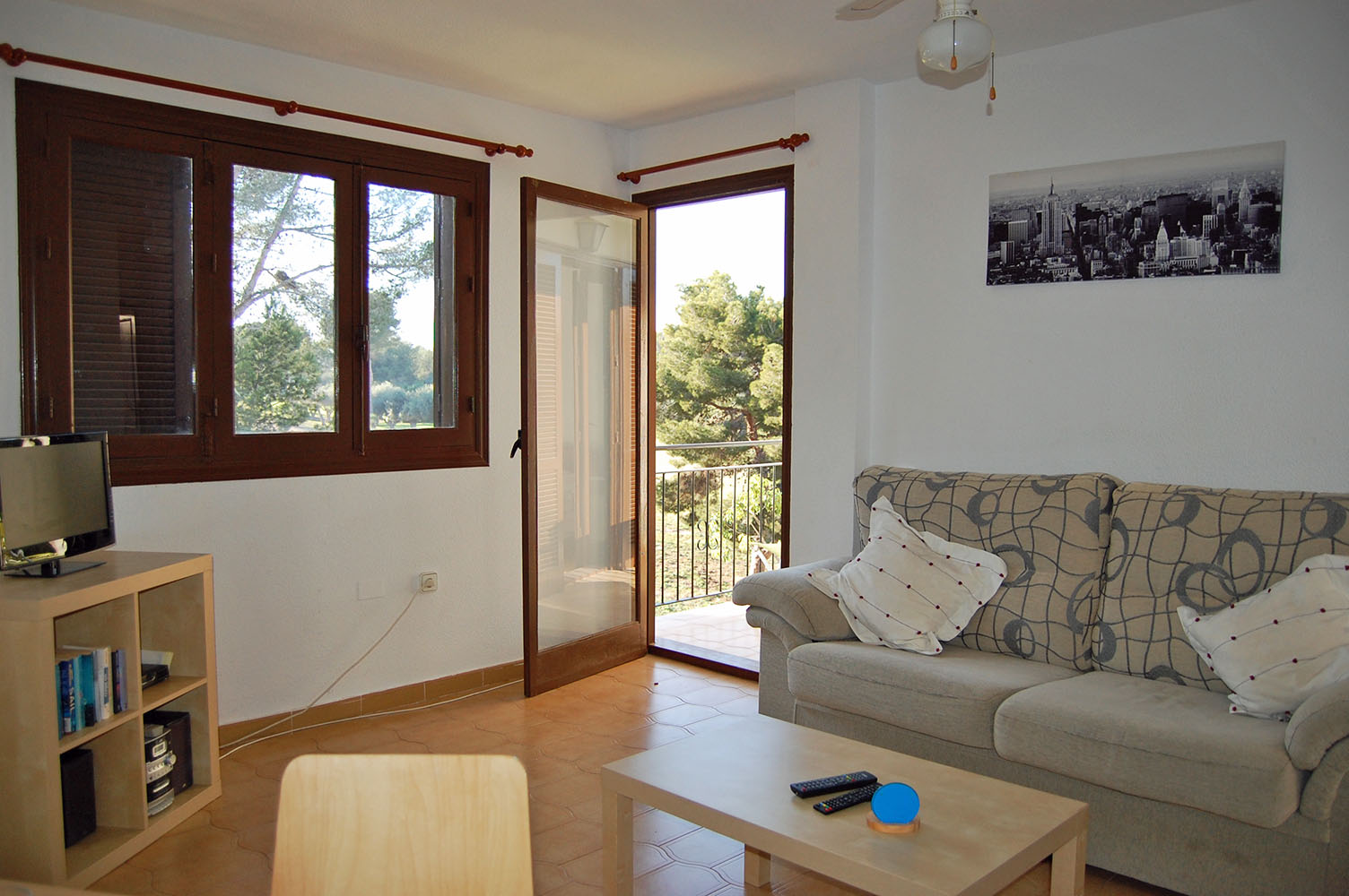 ITSH Property Spacious Livingroom and dining area leading to balcony 4