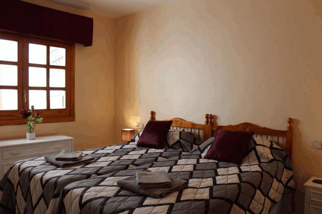 itsh 1522066085QGDZPF ref 1714 mobile 9 Large bedroom with 2 single beds Villamartin Plaza