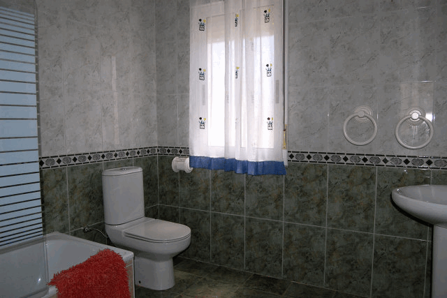 itsh 1521813186EXOVFK ref 92 mobile 15 Large family bathroom upstairs Los Balcones