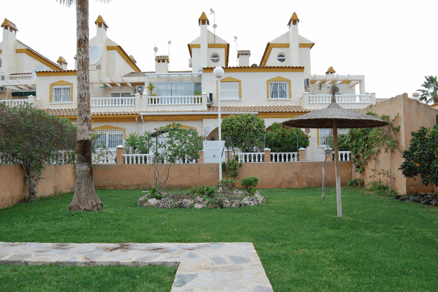 itsh 1521881460TQWANP ref 1712 mobile 15 Garden area around communal pool Playa Flamenca