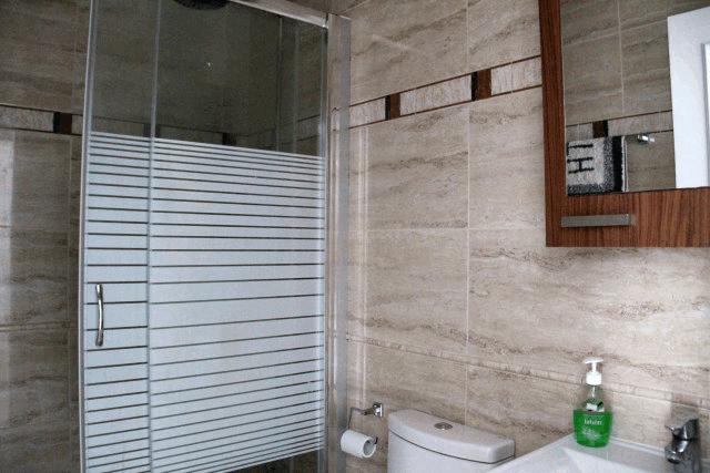 itsh 1573152470RKPILY ref 1744 mobile 9 Full family bathroom Villamartin Plaza